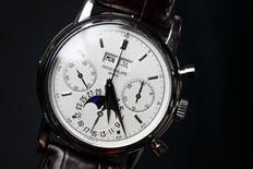 Un reloj de pulsera de platino de la marca Patek Philippe perteneciente al guitarrista británico Eric Clapton alcanzó un precio de 3,44 millones de francos suizos (más de 2,1 millones de euros) en una subasta el lunes, dijo Christie's. En la imagen, un empleado posa con un reloj de pulsera Patek Philippe de la colección del músico Eric Clapton durante la previa de una sibasta en Christie's en Ginebra, el 8 de noviembre de 2012. REUTERS/Valentin Flauraud