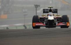 El farolillo rojo de la Fórmula Uno, la escudería con sede en España HRT, está en venta y ya hay conversaciones con grupos interesados en la compra del equipo, dijo su propietario Thesan Capital el lunes en un comunicado. En la imagen de archivo, el piloto indio de la escudería HRT, Narain Karthikeyan, conduce su monoplaza durante el Gran Premio de India de F-1 en el circuito Buda, en Nueva Deli, el 28 de octubre de 2012. REUTERS/Ahmad Masood