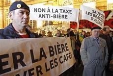 <p>Près de 200 salariés des brasseries alsaciennes ont manifesté lundi à Strasbourg contre la hausse des droits d'accise de la bière prévue dans le projet de loi de financement de la Sécurité sociale pour 2013. /Photo prise le 12 novembre 2012/REUTERS/Vincent Kessler</p>
