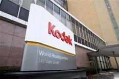 <p>Eastman Kodak a conclu avec ses créanciers obligataires un accord de financement qui pourrait permettre à l'ex-géant de la photographie de sortir de la faillite, selon le Wall Street Journal. /Photo prise le 19 janiver 2012/REUTERS/Adam Fenster</p>