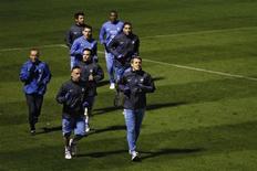<p>Les Bleus avaient encore des étoiles plein les yeux, lundi, à l'heure de se retrouver à Clairefontaine pour la première fois depuis leur match nul prometteur (1-1) rapporté d'Espagne, il y a près d'un mois, à Madrid. A les entendre disserter sur cette rencontre qui leur permet de rester en course pour une qualification directe pour le prochain Mondial, on en aurait presque oublié qu'ils joueront mercredi un match amical contre l'Italie, à Parme. /Photo prise le 12 novembre 2012/REUTERS/Gonzalo Fuentes</p>