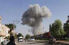 <p>Bombardement à Ras al Aïn, observé depuis le village turc de Ceylanpinar. Les bombardements de l'armée syrienne se sont poursuivis lundi dans le secteur de Ras al Aïn, tenus par les rebelles, près de la frontière avec la Turquie. /Photo prise le 12 novembre 2012/REUTERS/Murad Sezer</p>