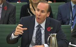 <p>Le directeur financier de Starbucks, Troy Alstead, devant la commission des Comptes publics du parlement britannique. La multinationale américaine ainsi que ses homologues Google et Amazon ont été soumises lundi au feu roulant des questions des députés britanniques, qui leur reprochent de soustraire à l'impôt la majeure partie des bénéfices qu'ils engrangent au Royaume-Uni. /Phot oprise le 12 novembre 2012/REUTERS/Parlement</p>