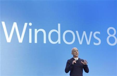 11月12日、米マイクロソフトは、「ウィンドウズ」部門トップのスティーブン・シノフスキー氏が即日付で退職すると明らかに。写真は10月、「ウィンドウズ8」を発表するシノフスキー氏(2012年 ロイター/Lucas Jackson)