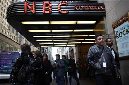 People walk around Rockefeller Center, home of NBC's studios, in New York, December 3, 2009. REUTERS/Chip East