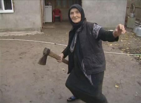 ロシアのババア(56)、襲いかかるオオカミを斧でぶった斬り見事勝利 村中で斧ブームに