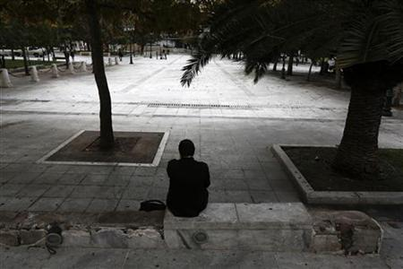 A man sits at central Syntagma square in Athens November 8, 2012. Greece's jobless rate rose for a 39th consecutive month to a new record of 25.4 percent in August, more than double the euro zone average, Greece's statistics service ELSTAT said on Thursday. REUTERS/Yorgos Karahalis (GREECE - Tags: POLITICS BUSINESS EMPLOYMENT)