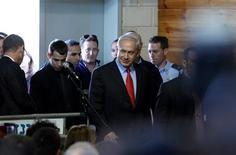 Aviones israelíes realizaron tres ataques aéreos sobre Gaza en la madrugada del martes, apuntando a un arsenal y dos lugares de lanzamiento de cohetes utilizados por milicianos, dijo el Ejército israelí en un comunicado. En la imagen, el primer ministro israelí, Benjamin Netanyahu (en el centro) en una reunión con embajadores de Ashkelon, el 12 de noviembre de 2012. REUTERS/Amir Cohen