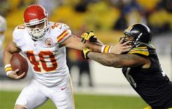 Kansas City Chiefs' Peyton Hillis (40) holds off Pittsburgh Steelers' LaMarr Woodley during the third quarter of their NFL football game in Pittsburgh, Pennsylvania, November 12, 2012. REUTERS/David DeNoma