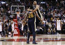 Las dos canastas de Al Jefferson para empatar el partido metieron a los Jazz en su encuentro de NBA antes de que Paul Millsap sellara la victoria de Utah con un triple en la prórroga por 140-133 sobre Toronto Raptors el lunes. En la imagen, de 12 de noviembre, Al Jefferson de Utah Jazz celebra con su compañero Randy Foye la victoria en la prórroga frente a Toronto Raptors. REUTERS/Mark Blinch