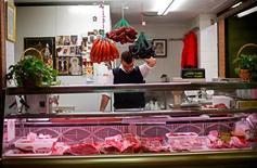 El índice de precios al consumo (IPC) de España volvió a subir en octubre hasta alcanzar el 3,5 por ciento interanual, su cota más alta desde mayo de 2011, según datos divulgados el martes por el INE que confirman que continúa el repunte los precios desde la subida del impuesto sobre el valor añadido (IVA) en septiembre. En la imagen, un carnicero en Triana, Sevilla, el 7 de noviembre de 2012. REUTERS/Marcelo del Pozo