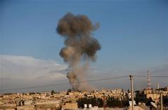 Un avión de combate sirio bombardeó el martes la localidad de Ras al Ain por segundo día consecutivo, apenas a unos metros de la frontera turca, dejando a su paso densas columnas de humo y haciendo que los residentes del lado turco se refugiaran en lugar seguro. En la imagen, el humo se alza sobre la localidad siria de Ras al Ain tras un ataque aéreo, visto desde la localidad turca de Ceylanpinar, en la provincia de Sanliurfa, el 12 de noviembre de 2012. REUTERS/Murad Sezer