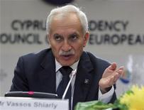 Chipre podría pedir un rescate de prestamistas internacionales para finales de esta semana, una vez se complete la evaluación del grupo de funcionarios de la UE y el FMI conocido como la troika, según dijo el martes el ministro de Finanzas del país. En la imagen, el ministro chipriota de Finanzas, Vassos Shiarly, durante una conferencia de prensa en Nicosia, el 15 de septiembre de 2012. REUTERS/Andreas Manolis