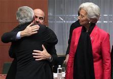 Los ministros de Finanzas de la Unión Europea se reunían el martes para romper el 'impasse' en torno a un nuevo régimen para supervisar a los bancos, pero ante las diferencias en torno al plan y el poco tiempo disponible para llegar a un acuerdo, se corre el peligro de que se dilate este plan central de la reforma. En la imagen, el ministro español de Economía, Luis de Guindos (I) es saludado por el primer ministro de Luxemburgo y presidente del Eurogrupo, Jean-Claude Juncker, junto a la directora general del Fondo Monetario Internacional, Christine Lagarde, en una reunión en Bruselas, el 12 de noviembre de 2012. REUTERS/Yves Herman