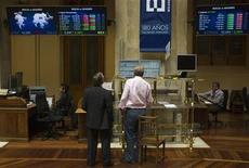 El Ibex-35 de la bolsa española abrió a la baja el martes, en línea con las principales plazas europeas, al continuar el goteo de noticias poco alentadoras sobre la crisis en Grecia. En la imagen de archivo, traders en la Bolsa de Madrid, el 3 de agosto de 2012. REUTERS/Juan Medina
