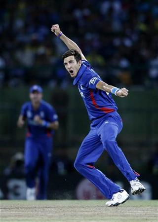 England's Steven Finn celebrates taking the wicket of Sri Lanka's Tillakaratne Dilshan during their Twenty20 World Cup Super 8 cricket match in Pallekele October 1, 2012. REUTERS/Dinuka Liyanawatte/Files