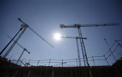 Los precios de la vivienda en España acumulan hasta octubre de este año una caída del 33,2 por ciento en la crisis, según datos de la tasadora Tinsa, mostrando una tendencia de caída que podría prolongarse según observadores del sector. En la imagen, varias grúas en un edificio en construcción en Getafe el 3 de octubre de 2012. REUTERS/Sergio Pérez
