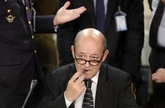 Ministro da Defesa francês, Jean-Yves Le Drian, aguarda início da reunião da Otan de ministros da Defesa, na sede da aliança, em Bruxelas. Le Drian disse que ainda é muito cedo para declarar reconhecimento à recém-criada coalizão de oposição da Síria, e fez um pedido por mais esforços de união entre as facções armadas sob o comando da mesma entidade. 09/10/2012 REUTERS/Francois Lenoir