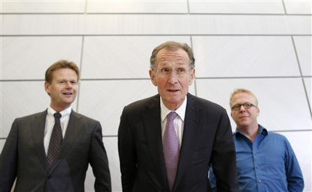 Bert Ruerup (C), conciliator of Lufthansa pay dispute, Nicoley Baublis (R), chief negotiator of independent flight attendant organisation and Peter Gerber, board member of German air carrier Lufthansa, attend a news conference in Wiesbaden November 13, 2012. REUTERS/Lisi Niesner