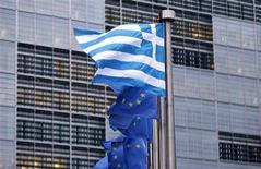 Bandiere greche ed europee. REUTERS/Francois Lenoir