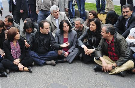 Diyarbakir Mayor Osman Baydemir (2nd L) chats with pro-Kurdish Peace and Democracy Party (BDP) lawmakers Nursel Aydogan (3rd L), Ayla Akat (2nd R) and Sirri Sureyya Onder (R) during a protest in support of Kurdish hunger strikers, in Diyarbakir, southeastern Turkey, November 3, 2012. REUTERS/Stringer