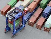 "A van carrier transports a container at the container terminal ""Burchardkai"" of the Hamburger Hafen und Logistik AG (HHLA) in the harbour of Hamburg on late October 17, 2012. REUTERS/Fabian Bimmer (GERMANY - Tags: BUSINESS MARITIME)"