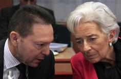 Ministro das Finanças da Grécia, Yannis Stournaras, conversa com diretora-gerente do FMI, Christine Lagarde, durante encontro do Eurogroup em Bruxelas, Bélgica. As discussões entre os credores internacionais da Grécia sobre como o endividado país pode reduzir sua dívida para um nível sustentável reacendeu temores nesta terça-feira de que a crise da dívida da zona do euro pode piorar novamente. 12/11/2012 REUTERS/Yves Herman