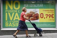 Mulher caminha em frente a cartaz de supermercado em Barcelona, Espanha. Os preços ao consumidor na Espanha subiram em outubro no ritmo mais rápido desde maio de 2011, elevando o custo de vida para seus cidadãos e afetando ainda mais as esperanças de uma recuperação econômica. 01/09/2012 REUTERS/Albert Gea