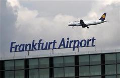 La aerolínea alemana Lufthansa acordó el martes elevar el salario de sus tripulantes en un 3,95 por ciento en un periodo de dos años, a partir de enero de 2013, bajo un nuevo acuerdo que también promete seguridad en los empleos. En la imagen, un avión de Lufthansa sobrevuela el aeropuerto Fraport de Fráncfort, el 28 de septiembre de 2012. REUTERS/Lisi Niesner