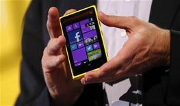 Microsoft CEO Steve Ballmer displays a Nokia Lumia 920 featuring Windows Phone 8 during an event in San Francisco, California October 29, 2012. REUTERS/Robert Galbraith