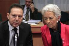 <p>El ministro de Finanzas de Grecia, Yannis Stournaras, junto a la directora gerentel del Fondo Monetario Internacional, Christine Lagarde, durante una reunión del eurogrupo en Bruselas, nov 12 2012. Un enfrentamiento entre los prestamistas internacionales sobre cuánto tiempo se le debe dar a Grecia para que su deuda esté en un nivel sostenible reavivó el martes los temores de que la crisis de la zona euro pueda estallar nuevamente. REUTERS/Yves Herman</p>