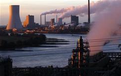 Usina termelétrica em Walsum, Alemanha. As emissões globais de dióxido de carbono em 2011 subiram 2,5 por cento, para 34 bilhões de toneladas, um novo recorde, informou o Instituto de Energia Renovável da Alemanha (IWR). 02/10/2012 REUTERS/Ina Fassbender
