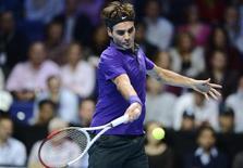 La temporada del tenis masculino echó el cierre el lunes a un año estelar que vio cuatro diferentes ganadores de torneos de grand slam y muchos duelos inolvidables, pero Roger Federer cree que 2013 podría ser mejor si las pistas fueran más rápidas. En la imagen, Federer durante la final del Masters de Londres ante Novak Djokovic, el 12 de noviembre de 2012. REUTERS/Dylan Martínez