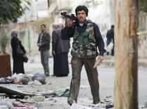 El nuevo organismo que agrupa a la oposición en Siria buscaba el martes el respaldo árabe y europeo, pero Reino Unido y Francia parecieron establecer nuevas condiciones para su reconocimiento como Gobierno interino en caso de que el presidente Bashar el Asad sea derrocado. En la imagen, un combatiente dle Ejército Sirio Libre en Alepo, el 12 de noviembre de 2012. REUTERS/Zain Karam