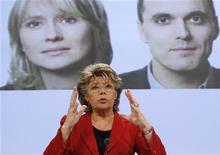 La Comisión Europea ha descartado un plan para forzar a las firmas a dar un 40 por ciento de los puestos no ejecutivos de los consejos de administración a las mujeres, en favor de una obligación menos drástica para favorecer a las candidatas en las áreas en las que están igualmente cualificadas, dijo el martes una fuente de la UE. En la imagen, la comisaria Viviane Reding durante una presentación en Bruselas el 5 de marzo de 2010. REUTERS/Yves Herman