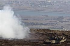 <p>Un tanque israelí realiza una serie de maniobras en la línea de cese al fuego entre Israel y Siria en los Altos del Golán, nov 13 2012. Israel y los palestinos detenían las hostilidades el martes luego de estar al borde de una nueva guerra en la Franja de Gaza y se dijeron mutuamente a través del mediador Egipto que no dispararían a menos que fueran atacados, tras cinco días de violencia. REUTERS/Nir Elias</p>