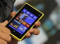 <p>Un ejecutivo de Nokia sostiene un teléfono móvil Lumia 920 bajo el sistema operativo Windows 8 durante un evento en Nueva York, sep 5 2012. Los nuevos teléfonos avanzados Lumia, de Nokia, están penetrando en el mercado y las primeras señales sugieren que se podrían estar vendiendo lo suficientemente bien como par darle al fabricante algo de tiempo en su lucha contra los líderes de la industria, Samsung y Apple. REUTERS/Brendan McDermid</p>