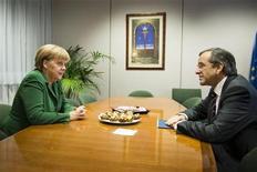 <p>El primer ministro de Grecia, Antonis Samaras, junto a la canciller alemana, Angela Merkel, durante una reunión en Bruselas, oct 19 2012. Los países europeos que están deliberando sobre el pago de préstamos a Grecia podrían decidir agrupar varios tramos de ayuda financiera en un sólo desembolso de aproximadamente de 44.000 millones de euros (unos 56.000 millones de dólares), dijo una fuente del Gobierno alemán. REUTERS/Bundesregierung/Jesco Denzel/Handout Imagen para uso no comercial, ni ventas, ni archivos. Solo para uso editorial. No para su venta en marketing o campañas publicitarias. Esta imagen fue entregada por un tercero y es distribuida, exactamente como fue recibida por Reuters, como un servicio para clientes.</p>