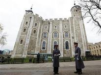 La policía británica está investigando cómo un intruso entró en la Torre de Londres y robó unas llaves de la popular atracción turística, donde se exhiben las joyas de la corona. En la imagen, dos guardias, frente a la Torre de Londres el 13 de noviembre. REUTERS/Olivia Harris