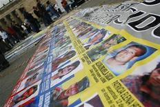 Fotos de vítimas sequestradas pelos rebeldes das Farc na Colômbia são expostas em cartaz durante a Convenção Nacional de vítimas em Bogotá. 14/10/2012 REUTERS/Fredy Builes
