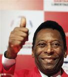 El ex astro del fútbol Pelé fue sometido a una operación de cadera y en las próximas horas será dado de alta del Hospital Albert Einstein de Sao Paulo donde fue intervenido, según dijo el martes un asesor del brasileño. En la imagen de archivo, Pelé saluda con un pulgar en alto durante una rueda de prensa el pasado 4 de julio. REUTERS/Nacho Doce