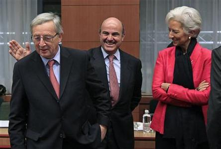 Spain's Economy Minister Luis de Guindos (C), Luxembourg's Prime Minister and Eurogroup Chairman Jean-Claude Juncker (L) and International Monetary Fund (IMF) Managing Director Christine Lagarde (R) attend a Eurogroup meeting in Brussels November 12, 2012. REUTERS/Yves Herman