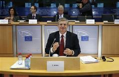 Legisladores europeos cuestionaron el martes al candidato de Malta para ocupar el cargo de comisario de Salud por su menosprecio a los homosexuales y su oposición al aborto, después de que su predecesor renunciase por una investigación que le relacionaba con sobornos. En la imagen, el candidato a comisario de Salud de la UE, Tonio Borg, espera antes de una sesión del comité de Salud Público, Seguridad Alimentaria y Medio Ambiente del Parlamento Europeo, en Bruselas, el 13 de noviembre de 2012. REUTERS/Francois Lenoir