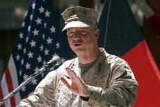 """El escándalo que involucra al ex director de la CIA David Petraeus se amplió el martes, cuando responsables de Defensa de Estados Unidos dijeron que estaban investigando mensajes """"insinuantes"""" entre el general John Allen, principal comandante del país en Afganistán, y una mujer que está en el centro del escándalo. En la imagen de archivo, el general estadounidense John Allen, comandante de las fuerzas de la OTAN en Afganistán, durante una intervención en las celebraciones del Día de la Independencia en Kabul, el 4 de julio de 2012. REUTERS/Mohammad Ismail"""