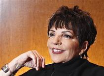 """Atriz e cantora Liza Minnelli é vista ao posar para foto durante entrevista à Reuters em 2009, em Nova York. Liza Minnelli vai fazer uma participação especial no seriado """"Smash"""", interpretando ela mesma na apresentação de um número musical em fevereiro de 2013, afirmou a NBC nesta terça-feira. 24/11/2009 REUTERS/Carlo Allegri"""