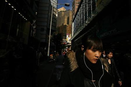 Shoppers walk at Hong Kong's Causeway Bay shopping district January 14, 2011. REUTERS/Bobby Yip