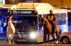 Las primeras horas de la huelga general convocadas el miércoles en España se desarrollaban sin grandes incidencias, con amplios cordones policiales que protegían los puntos neurálgicos de la capital como Mercamadrid o las cocheras del transporte público. En la imagen, agentes de la Policía montada escoltan a un autobús del servicio municipal a su salida de cocheras en el inicio de una huelga general en Madrid, el 14 de noviembre de 2012. REUTERS/Sergio Pérez