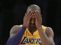 Danny Green de San Antonio encestó el martes un triple a falta de nueve segundos para el final y la defensa de los Spurs privó a Kobe Byrant de hacerse con un balón en la ajustada victoria de los Spurs, que lideran la Conferencia Oeste, por 84-82 frente a Los Ángeles Lakers. En la imagen, de 13 de noviembre, Kobe Bryant reacciona durante la nueva derrota de los Lakers ante los Spurs. REUTERS/Lucy Nicholson