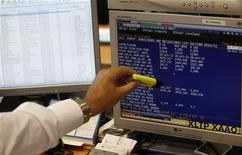 Un trader indica l'andamento dei titoli del mercato obbligazionario sullo schermo del suo pc. REUTERS/Andrea Comas