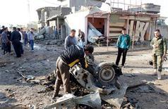 Una serie de coches bomba mataron al menos a 12 personas en diversos puntos de Irak el miércoles por la mañana, según policía y fuentes hospitalarias. En la imagen, un vecino inspecciona el lugar de un atentado con coche bomba en Kirkuk, 250 kilómetros al norte de Bagdad, el 14 de noviembre de 2012. REUTERS/Ako Rasheed